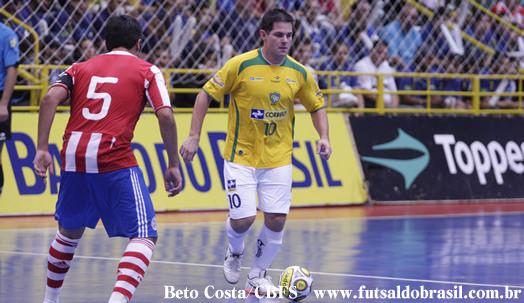 ブラジル代表の試合でドリブルを仕掛けるレニージオ
