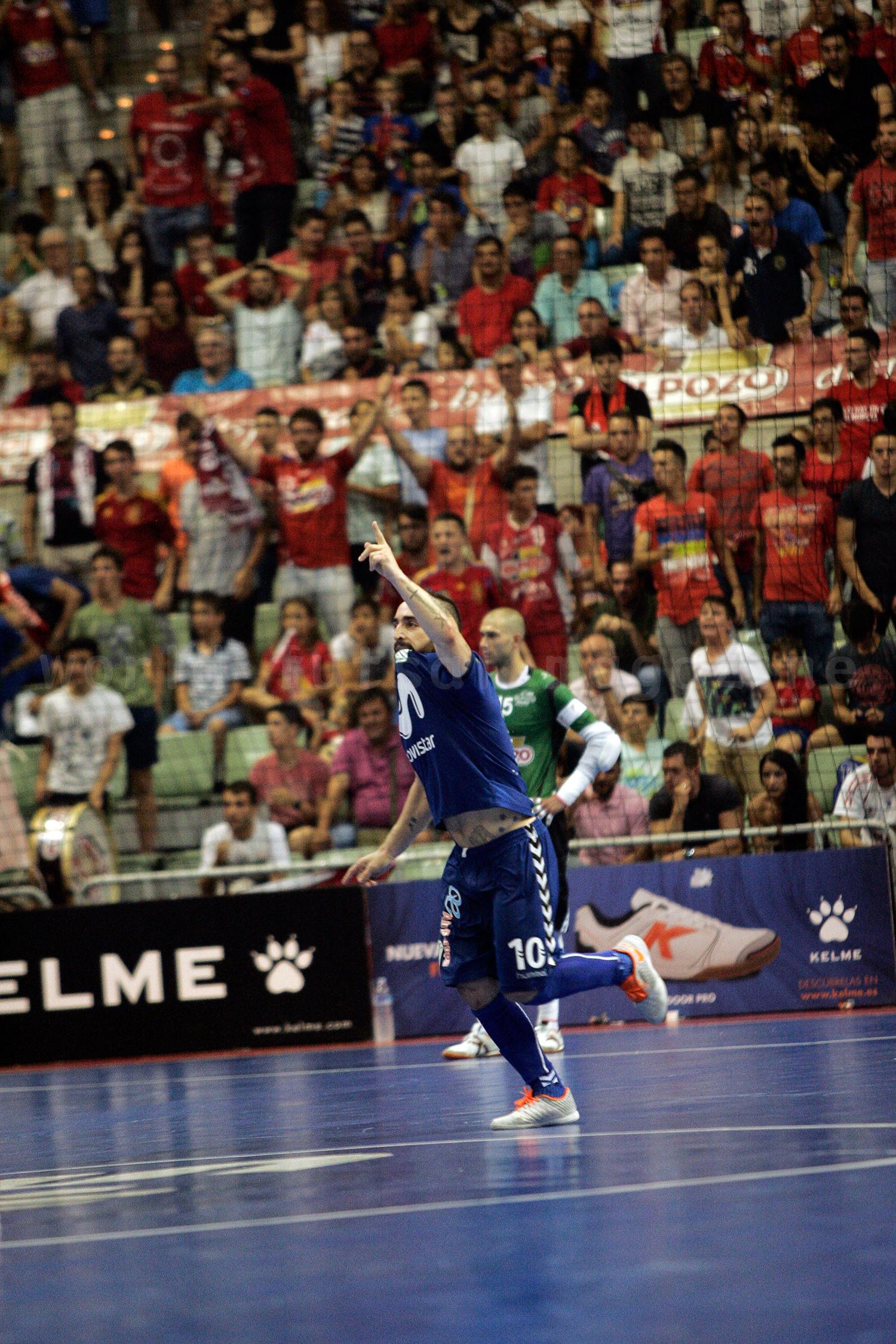 ゴールを決めサポーターの声援に応えるリカルジーニョ