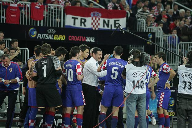 ベンチの前でフットサルクロアチア代表選手に指示を出すマト・スタンコビッチ監督