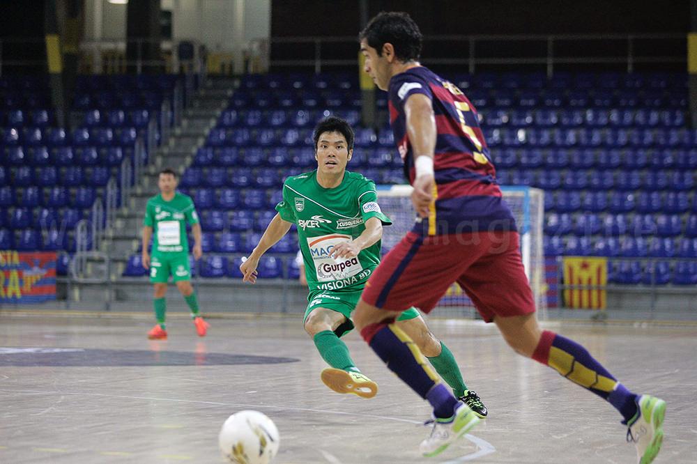 FCバルセロナ・ラッサのガブリエルにプレスをかけるマグナ・グルペアの吉川智貴