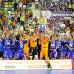 2015年のスペイン・スーパーカップ表彰式で喜ぶモビスター・インテルの選手たち