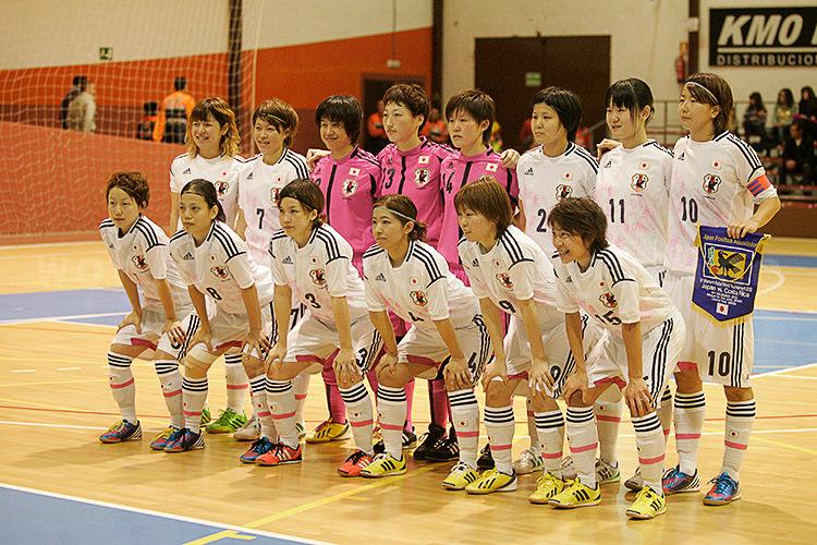 フットサル日本女子代表の試合前整列写真