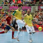 ボールを競り合うフットサルブラジル代表とフットサルスペイン代表の両選手