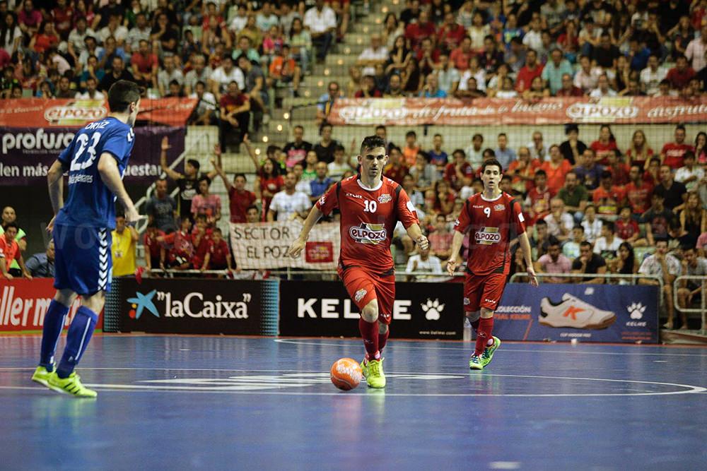 ドリブルでボールを前に進めるエルポソ・ムルシアのアレックス