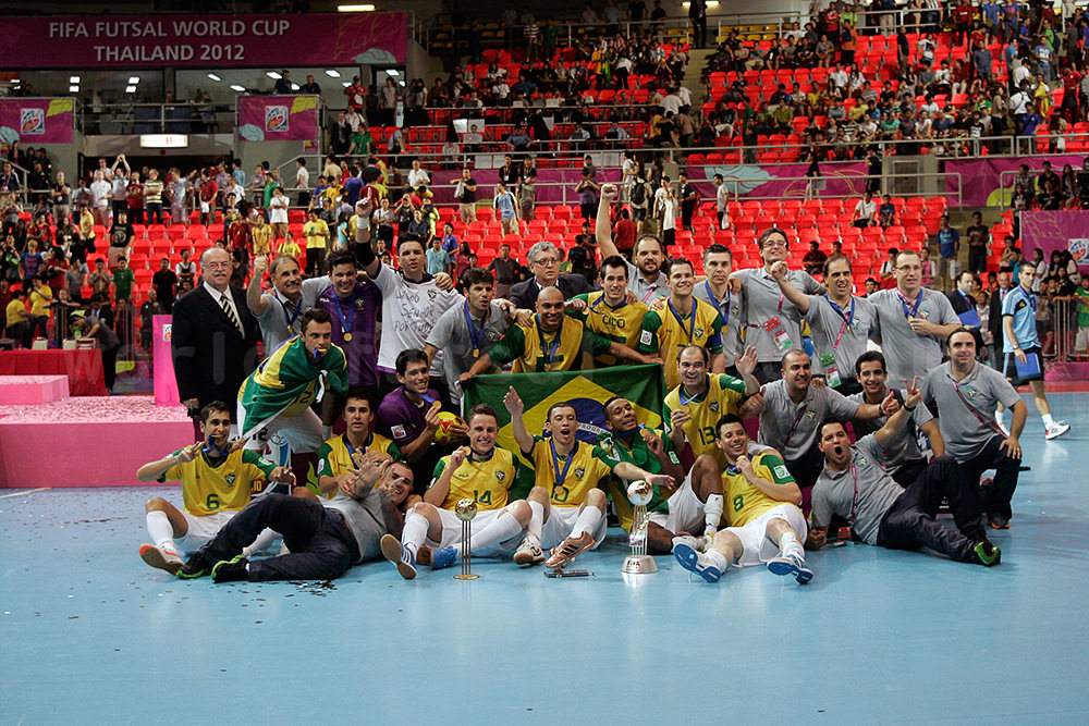 フットサルW杯2012優勝の記念撮影をするフットサルブラジル代表の選手と関係者