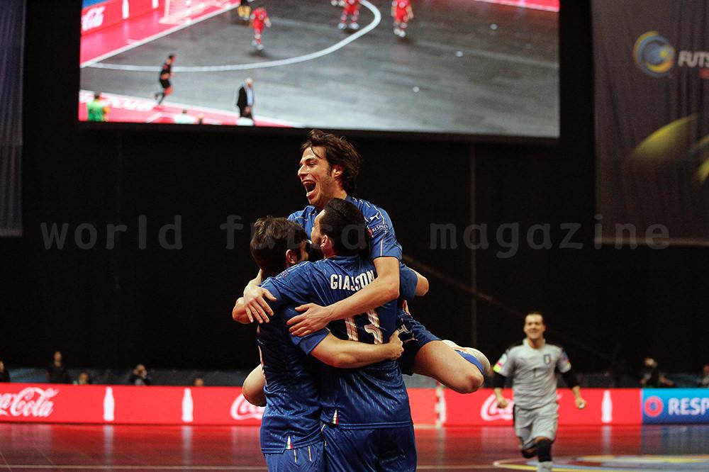 ゴール後に抱き合うフットサルイタリア代表の3選手