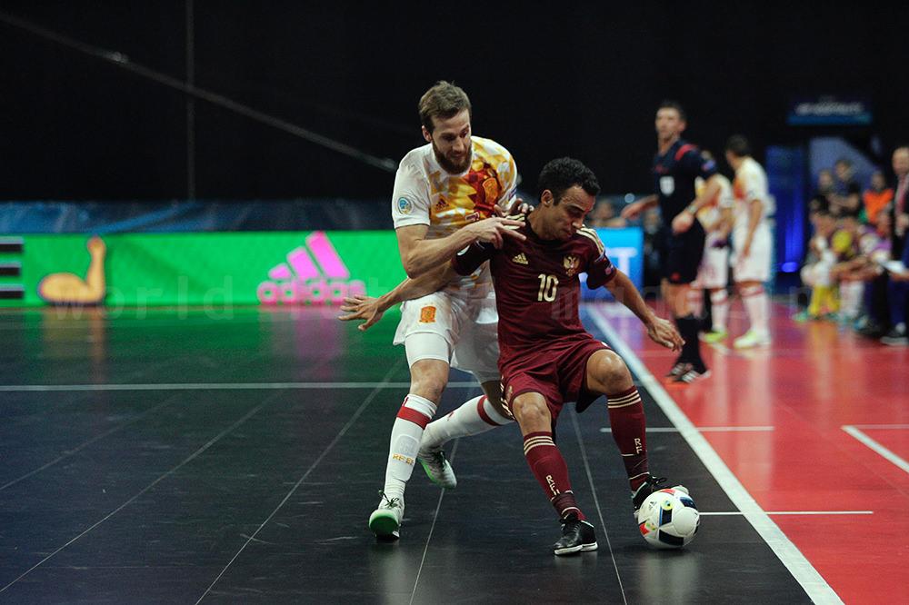 フットサルスペイン代表ポラを背にしてボールをキープするフットサルロシア代表ロビーニョ