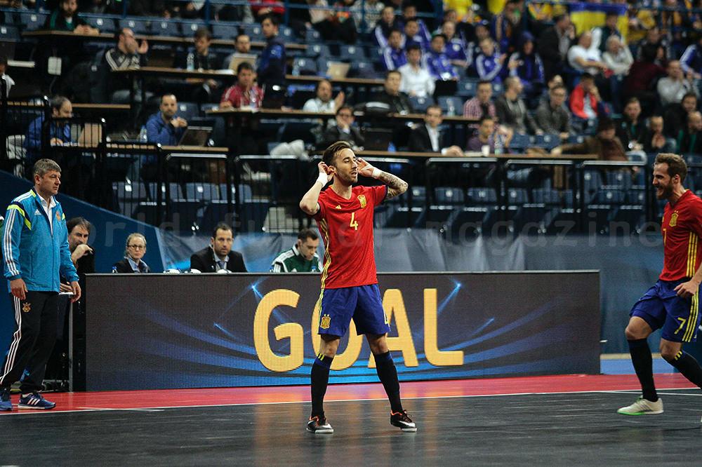 ゴール後にポーズをとるフットサルスペイン代表リビィーリョ