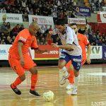 FCバルセロナ・アルスポルトとサラゴサの選手の競り合い