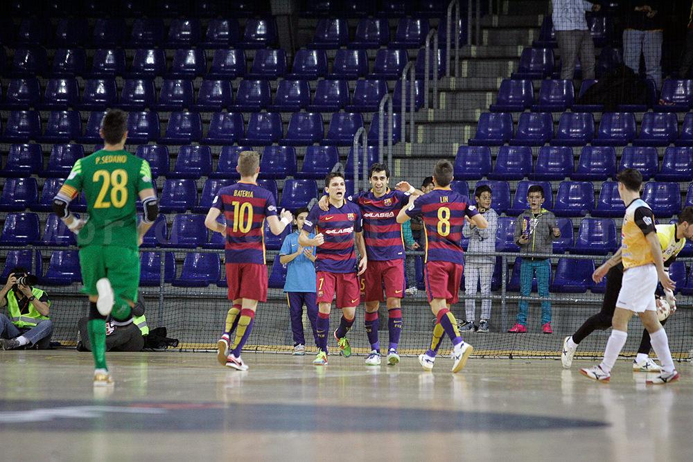 ディエゴを祝福するFCバルセロナ・ラッサのチームメイト