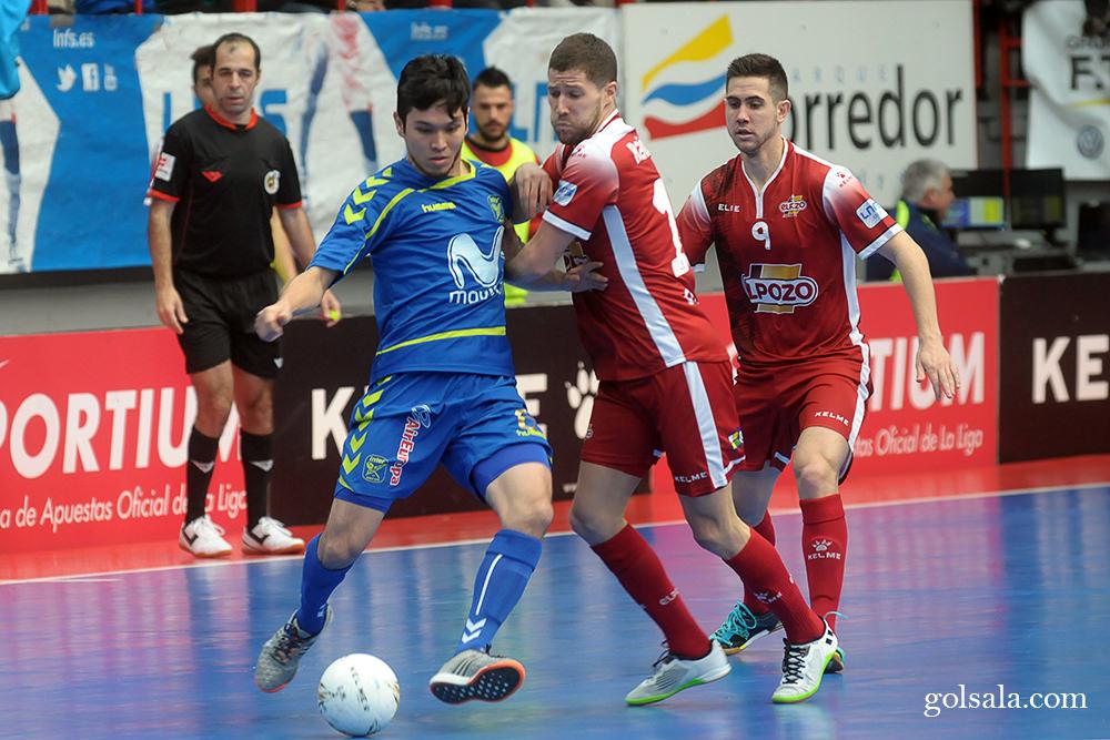 モビスター・インテルのダニエルがキープするボールを奪いに行くエルポソ・ムルシアのラウール・カンポス