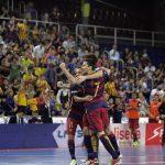 ゴール後にサポーターに向けてガッツポーズするFCバルセロナ・ラッサの選手たち