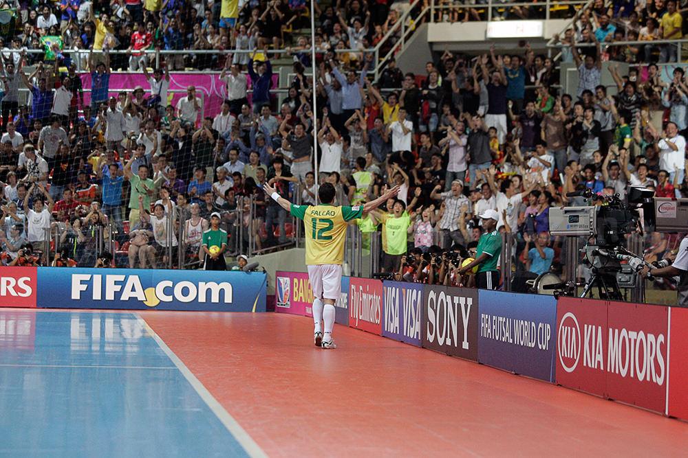 両手を広げて観客の歓声に応えるフットサルブラジル代表のファルカン