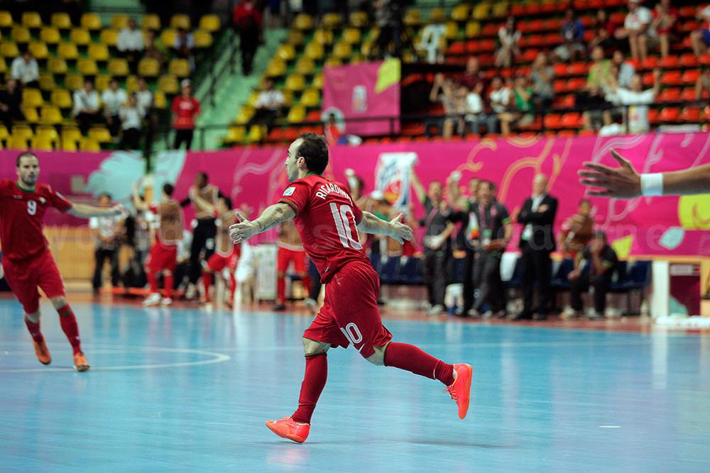 ゴール後に味方のところへ駆け寄るフットサルポルトガル代表リカルジーニョ