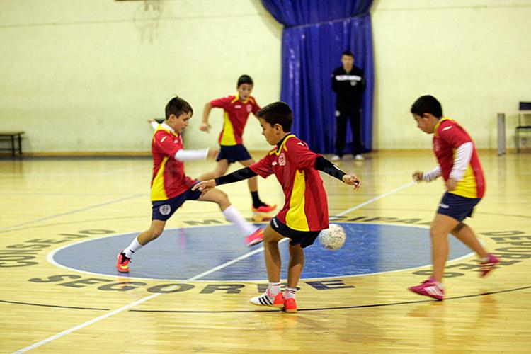 トレーニングに励むCDFSセゴルベのジュニアフットサルの選手たち