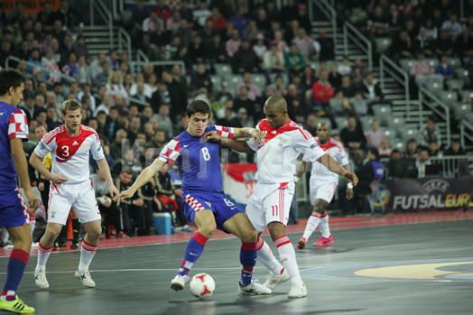 クロアチアのマリノビッチとロシアのシリロのボールの奪い合い