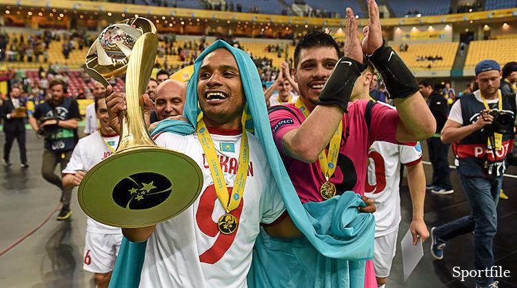UEFAフットサルカップ優勝トロフィーを掲げ喜ぶルカヤンとイギータ