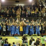 UEFAフットサルカップ2016優勝カップを掲げるウグラの選手たち