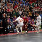 リカルジーニョがフットサルセルビア代表選手をドリブルで抜きにかかる
