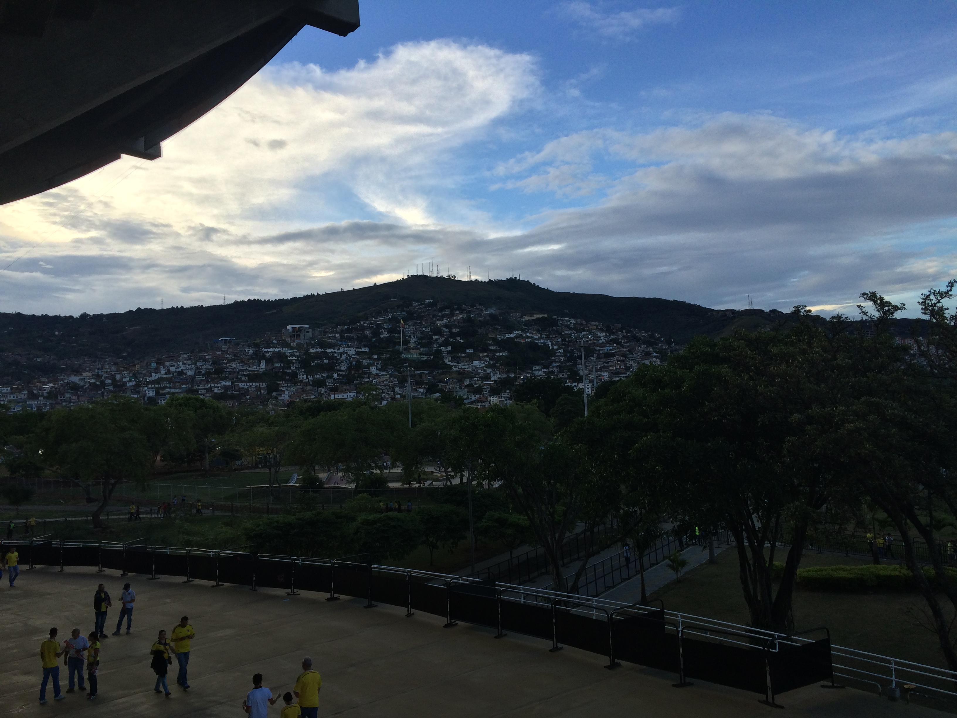 会場の裏にある山に広がるファヴェーラ。